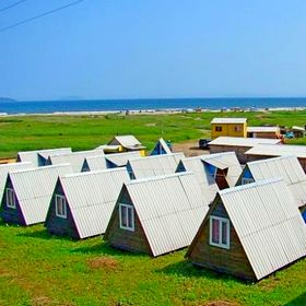 """Домики треугольные четырехместные с 2-мя раздельными комнатами и верандой  на базе отдыха """"Полинка"""""""